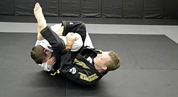 Atak z gardy na biceps