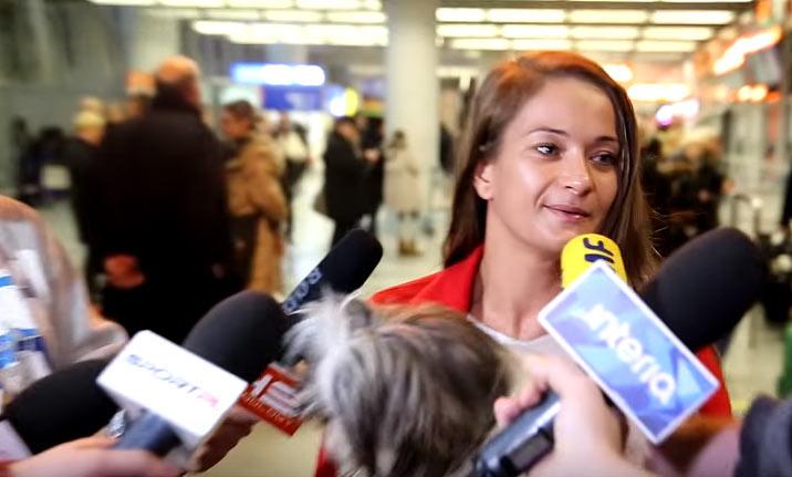 Karolina Kowalkiewicz na lotnisku